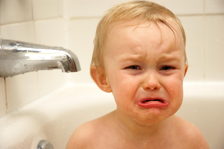 طفل يبكي على الامام الحسين سبحان الله طفل عمره 3 أشهر يبكي بذكر اسم الإمام الحسين عليه السلام Youtube Baby Face Face Baby