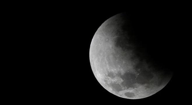 صورة صور مناظر للقمر , اجمل صور للقمر في السماء روعه