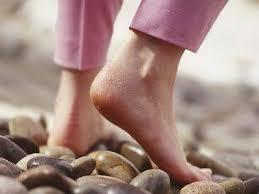 صورة تفسير حلم المشي حافي القدمين