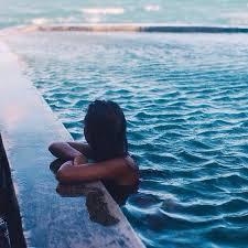 صورة تفسير حلم السباحة في المسبح , العوم في المنام