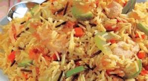صورة طبخ الارز بالدجاج بالصور , خلطة الرز المفلفل بقطع الفراخ الشهية